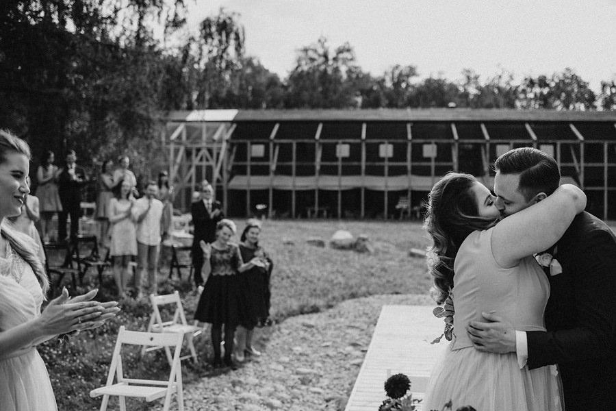 Ślub plenerowy stodola wszystkich swietych