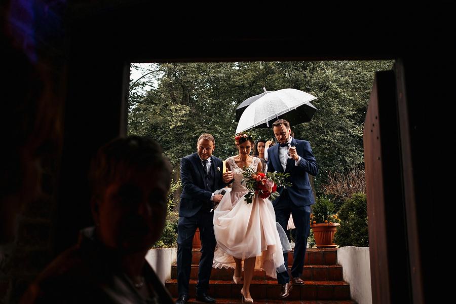 dwor w tomaszowicach deszcz wejscie pary
