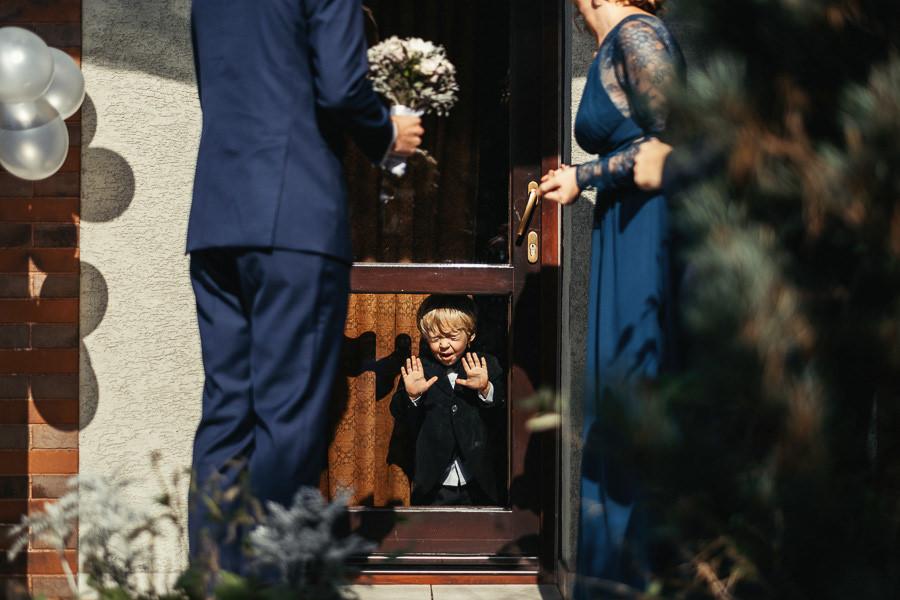 dzieci na przygotowaniach do slubu