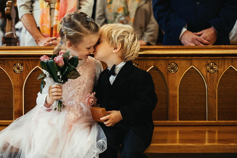 dzieci pocalunek milosc