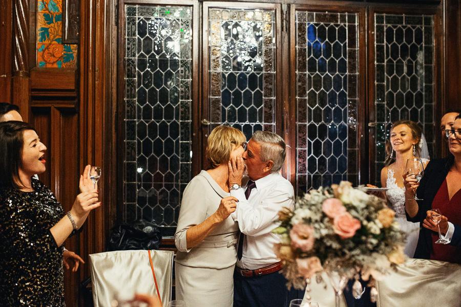 rodzice wesele pocalunek
