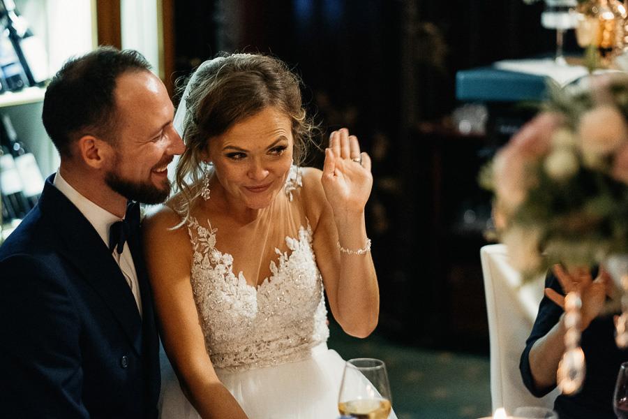 panna mloda przy stoliku wesele