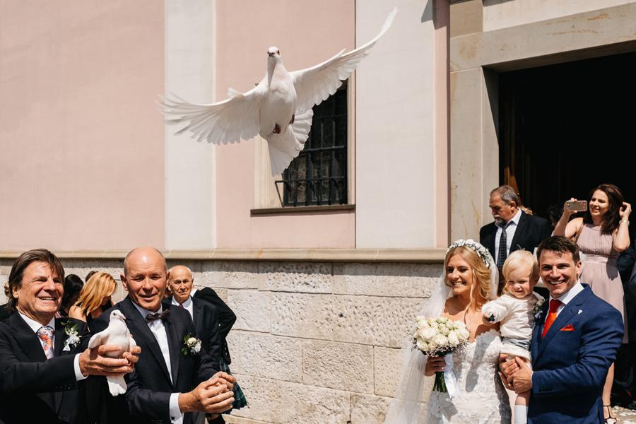 wyjście z kościoła konfetti