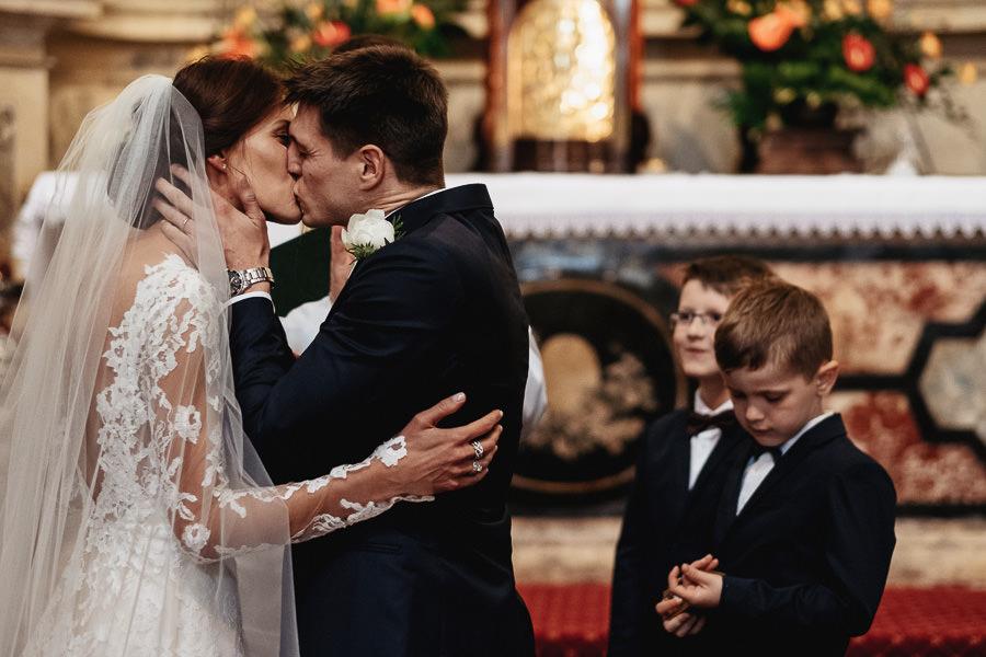 emocje na ceremonii ślubnej