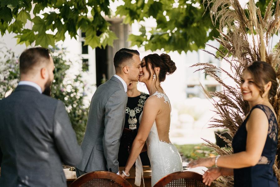 czułe pocałunki na ślubie